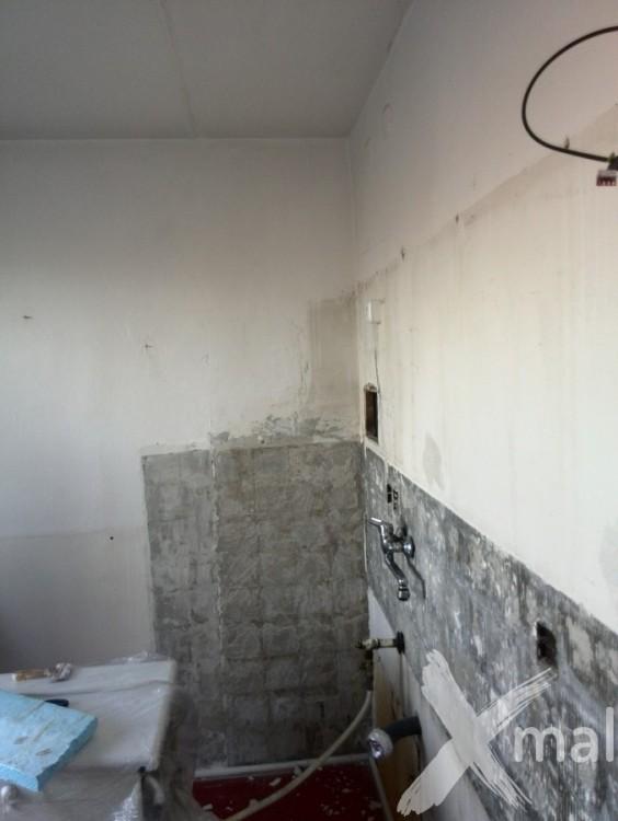 Vyklizený kuchyňský kout před rekonstrukcí