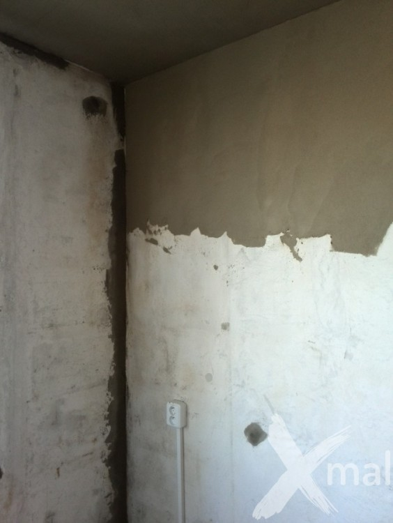 Průběh štukování zdí v panelovém bytě