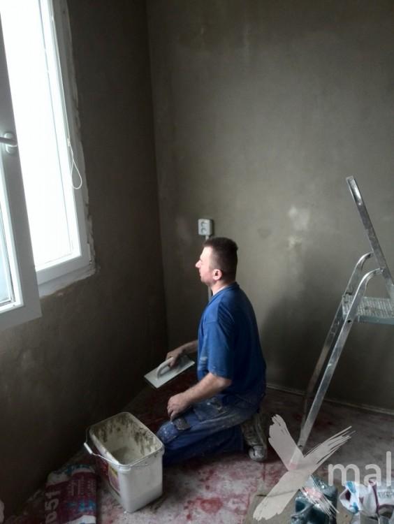 Malíři pokojů při štukování kuchyně