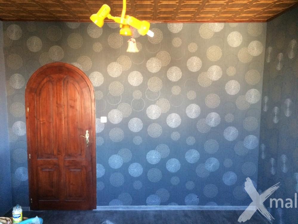Vzorovaná vliesová tapeta v pokoji