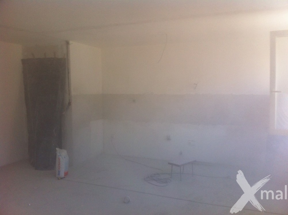 stěna po odstranění lepidla