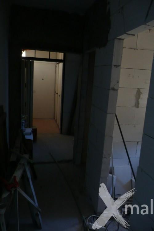 Nové stěny chodby v průběhu rekonstrukce