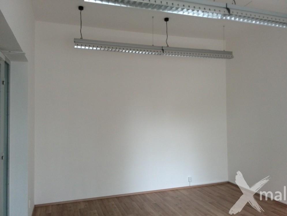 Kancelář před malířskými pracemi