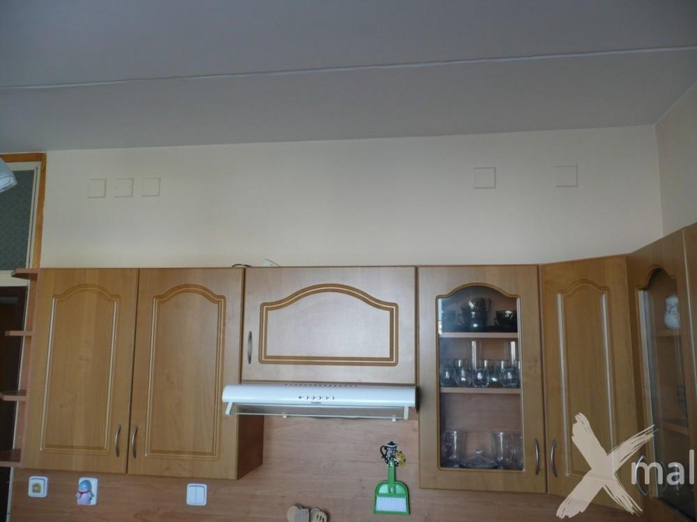 malířské práce v kuchyni panelového bytu