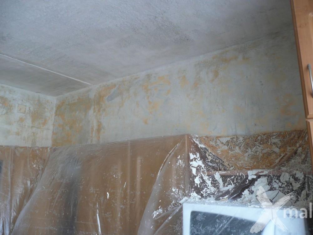 škrábání staré malby v kuchyni