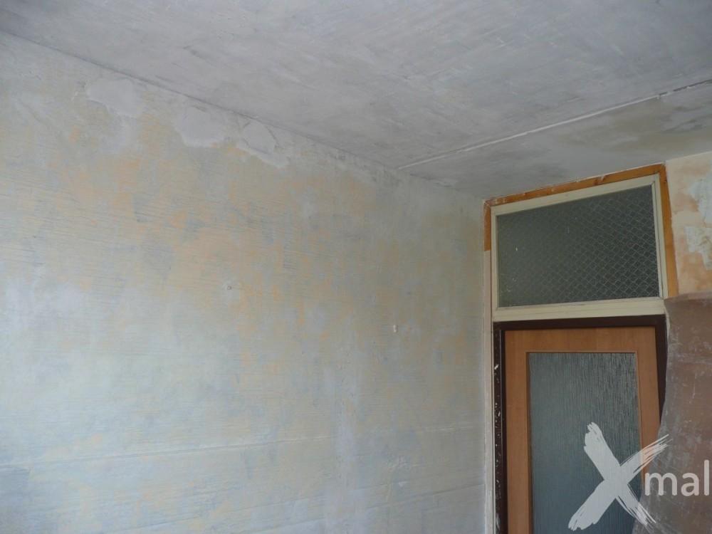 škrábání staré malby před malováním
