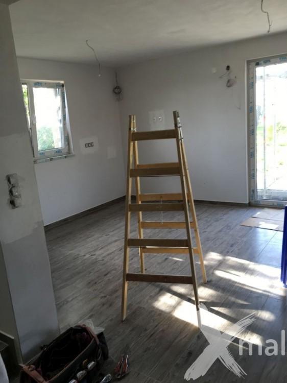 Malířské práce v obývacím pokoji