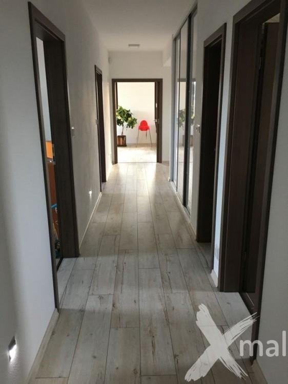 Malování chodby v novém rodinném domě