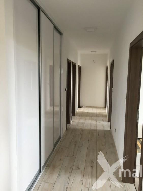Malování chodby v novostavbě RD