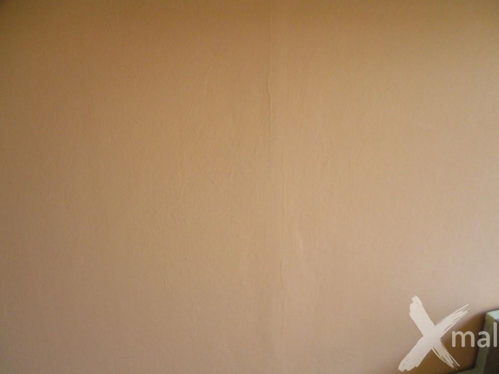 Stav zdí v obývacím pokoji před malováním