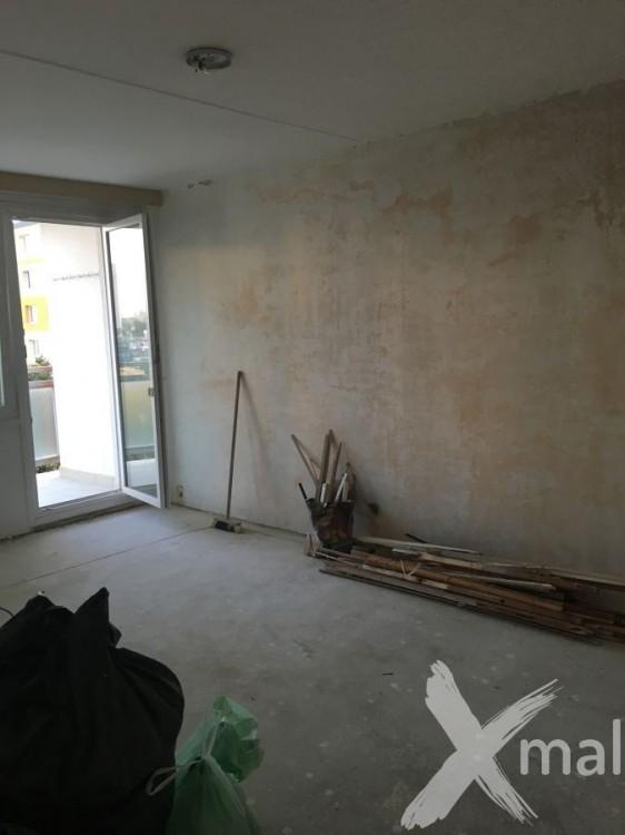 Stržení omítky v obývacím pokoji před štukováním