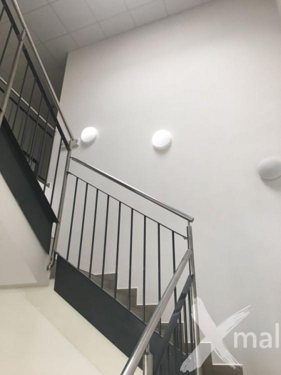 Malování vysokého schodiště