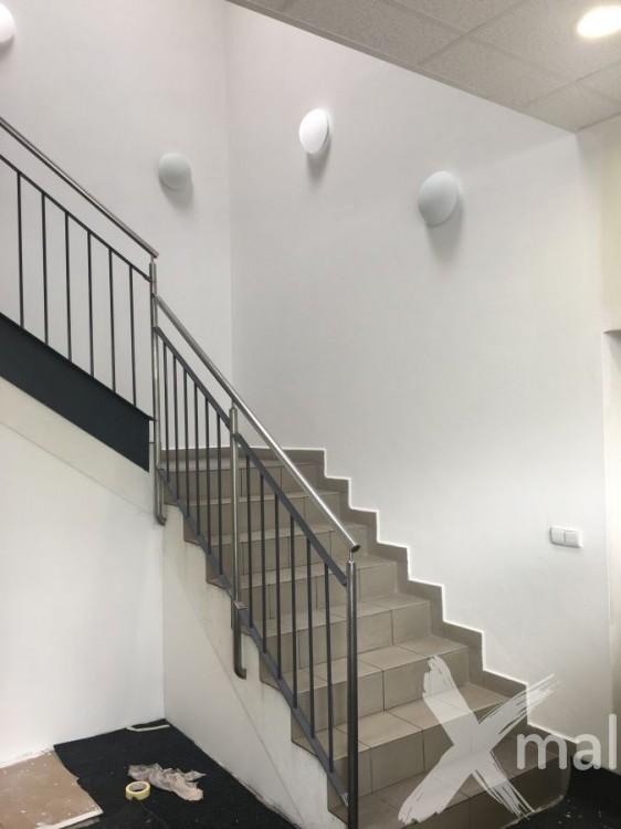 Malířské práce na schodišti