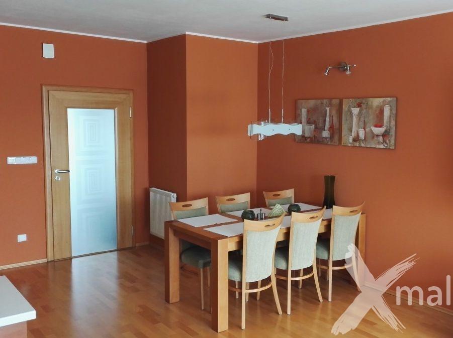 malování obývacího pokoje s kuchyní