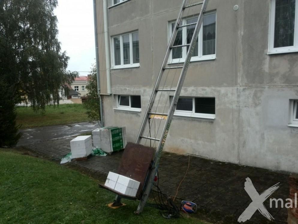 Přesun materiálu na střechu bytového domu