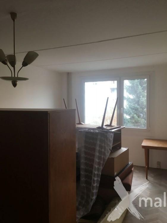 Malování obývacího pokoje v panelovém bytě