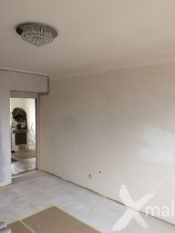 Broušení stěny před tapetováním