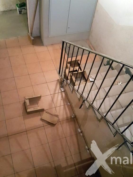 Pokládka dlažby pod schodištěm