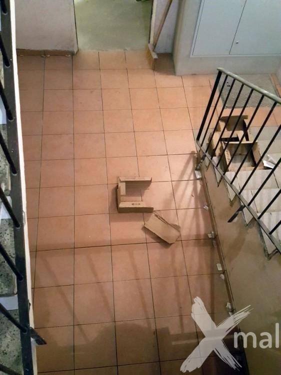 Průběh pokládky dlažby pod schodištěm