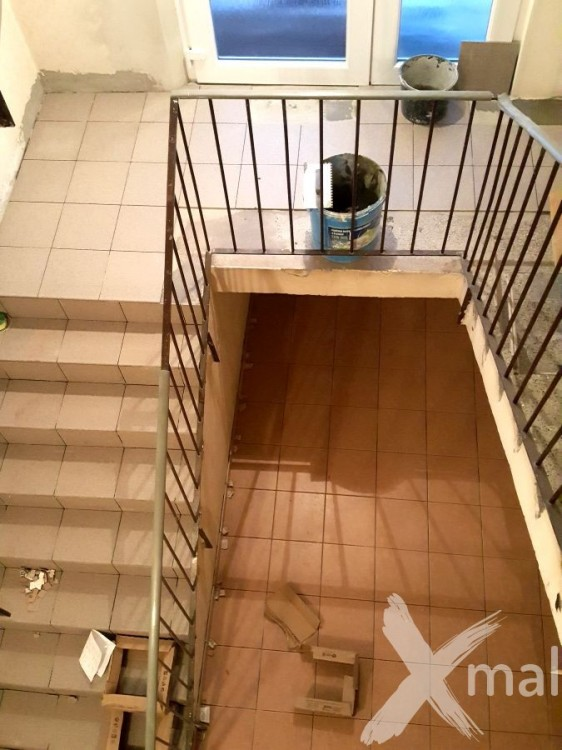 Pokládka dlažby na schodišti