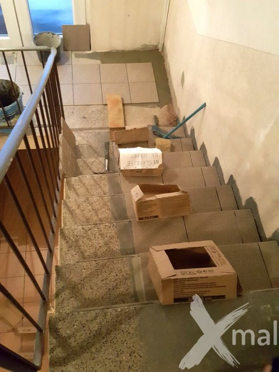 Pokládka dlažby na schodech