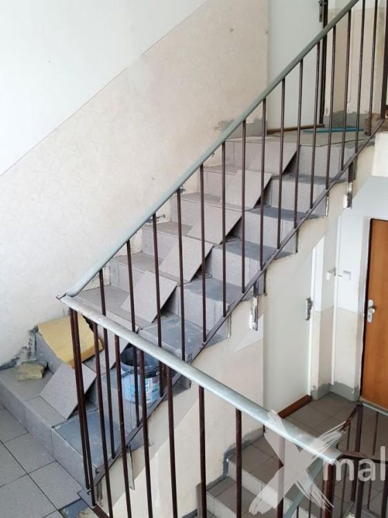 Pokládka nové dlažby na schodech