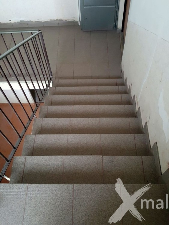 Nová dlažba na schodech bytového domu