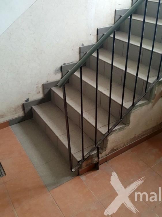 Dlažba na schodech v bytovém domě