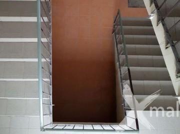 Pokládka dlažby na schodišti bytového domu