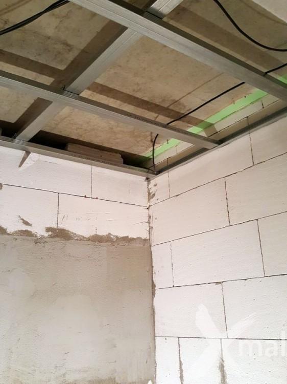 Montáž sádrokartonů během rekonstrukce koupelny