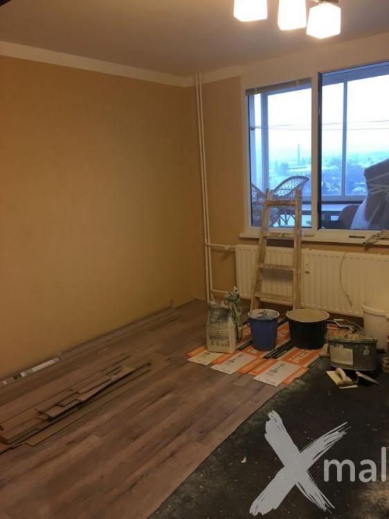 Pokládka plovoucí podlahy v obývacím pokoji
