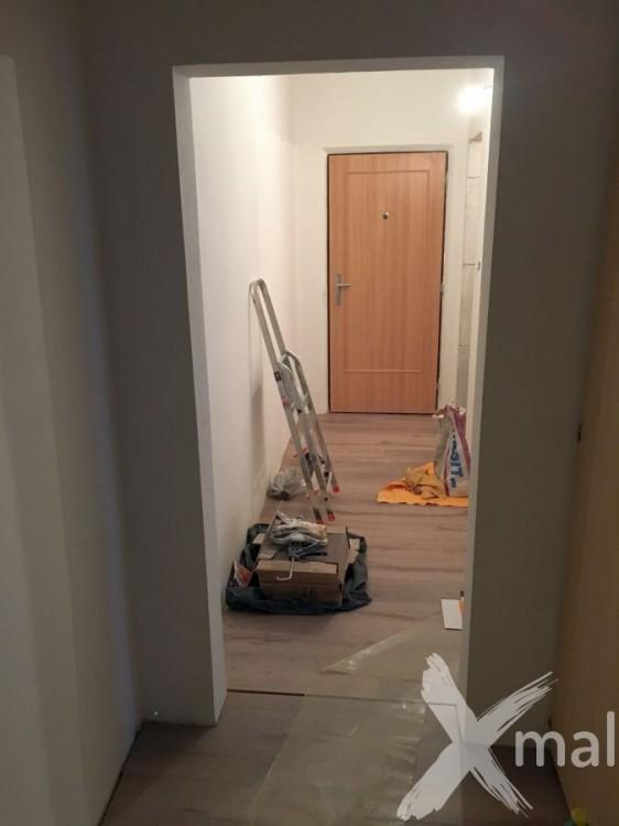 Podlahářské práce během rekonstrukce bytu