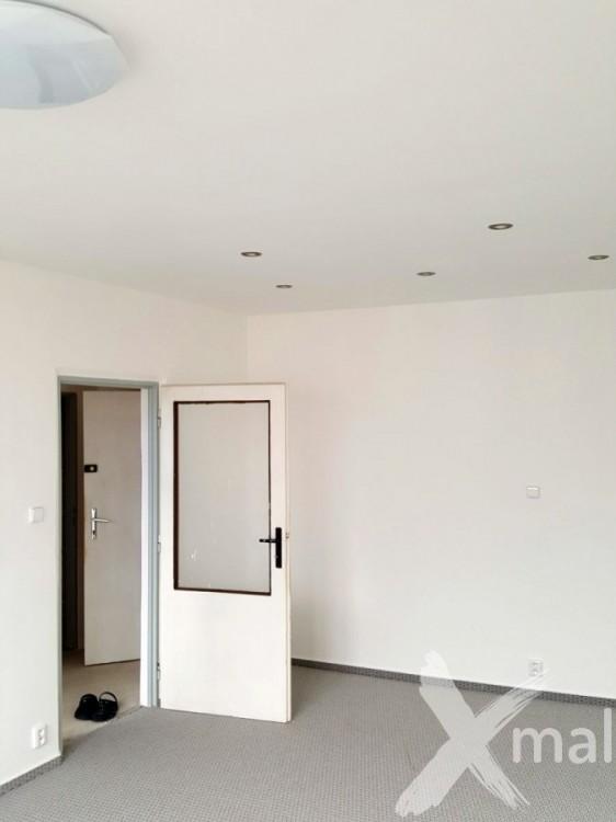 Rekonstruovaný obývací pokoj v panelovém bytě