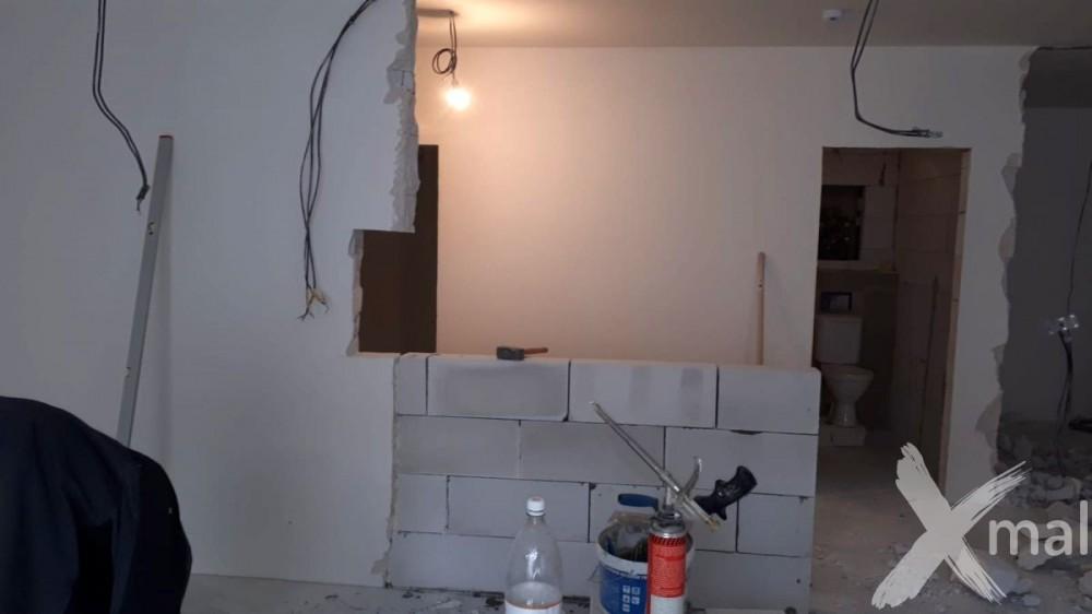Zdění nové příčky v bytě
