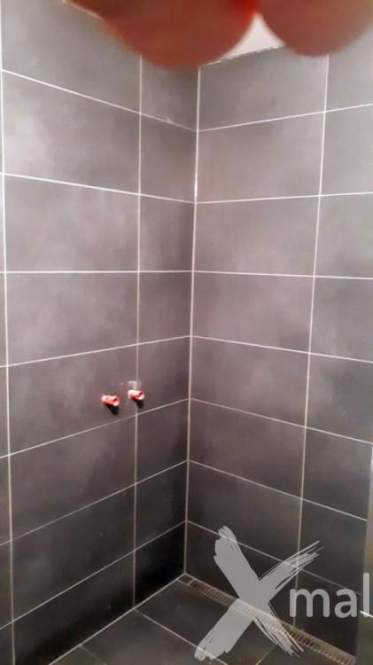Antracitové obklady ve sprchovém koutě