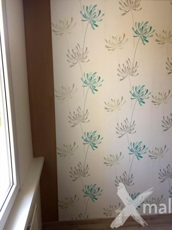 Lepení vliesové tapety v ložnici