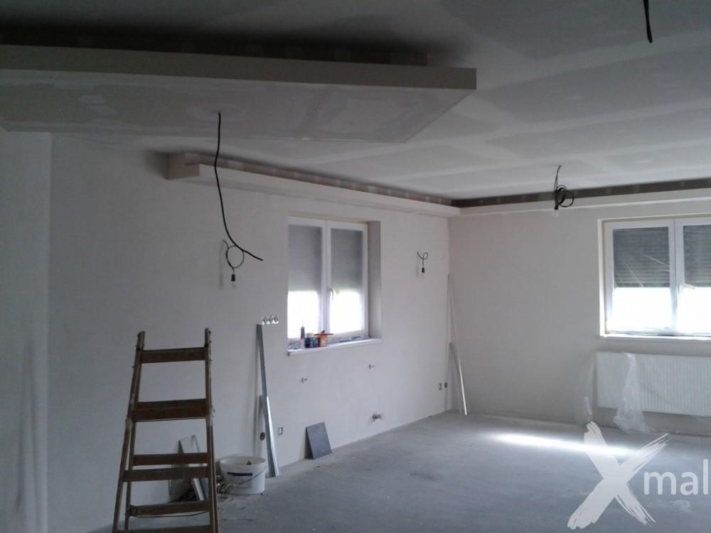 Malování stěn obývacího pokoje bílou barvou