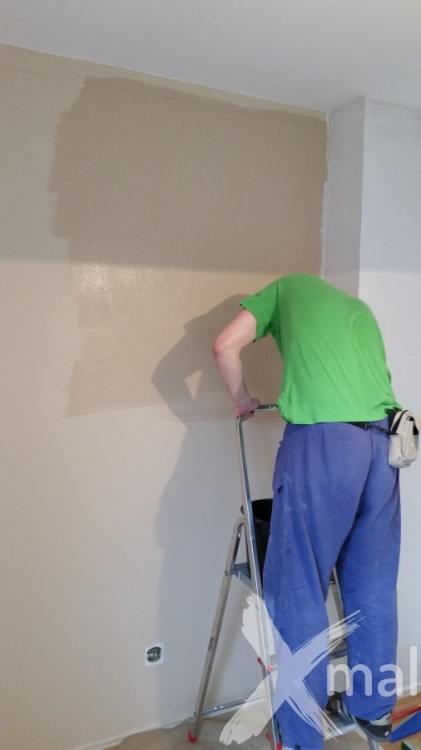 Průběh tapetování zdi